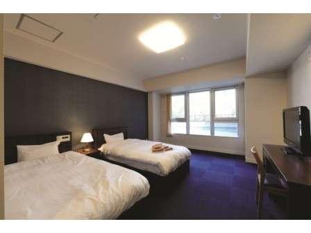 [洋室]2階の洋室ツインベットのお部屋です。予備のベットを入れることで最大三名迄宿泊可能です