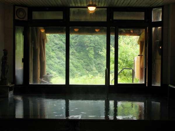 硫黄の匂いが漂う自慢の燕温泉。