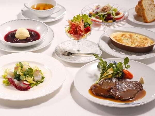 川奈復刻ディナー。メインは創業者の大倉男爵が好まれて召し上がったステーキ。フランス語でバロン。