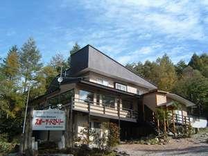 蓼科牧場(白樺高原国際スキー場)まで徒歩1分。女神湖まで徒歩10分、宿泊に好立地な当館!
