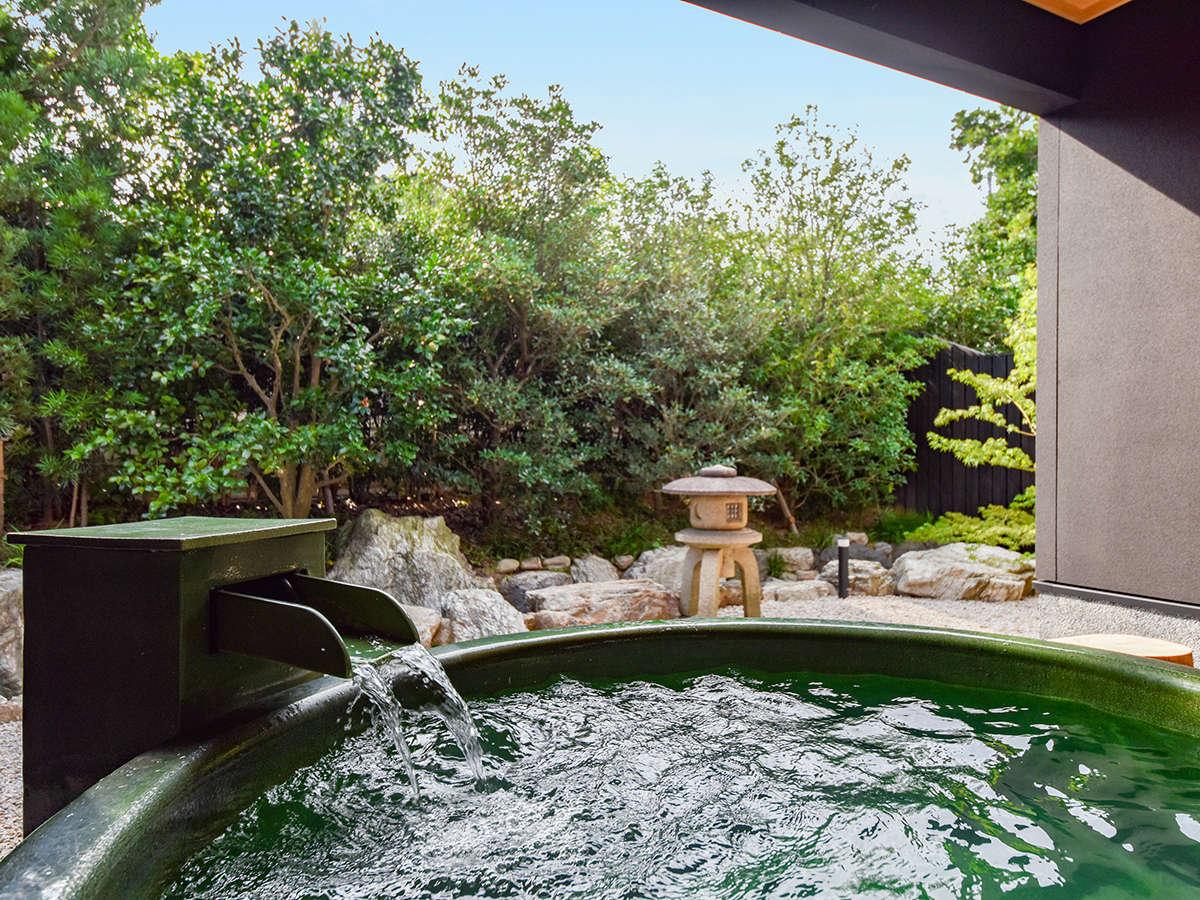 *【部屋・露天風呂(さくら)】開放感のある露天風呂で、ぬくもりの温泉浴を