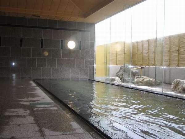 【男性用大浴場】自家源泉の大浴場は、泉質がなめらかでお客様に好評です。
