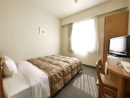 【シングルルーム】ベッドサイズ140×196(cm) 全てのお部屋で無料有線LANを設置しております。