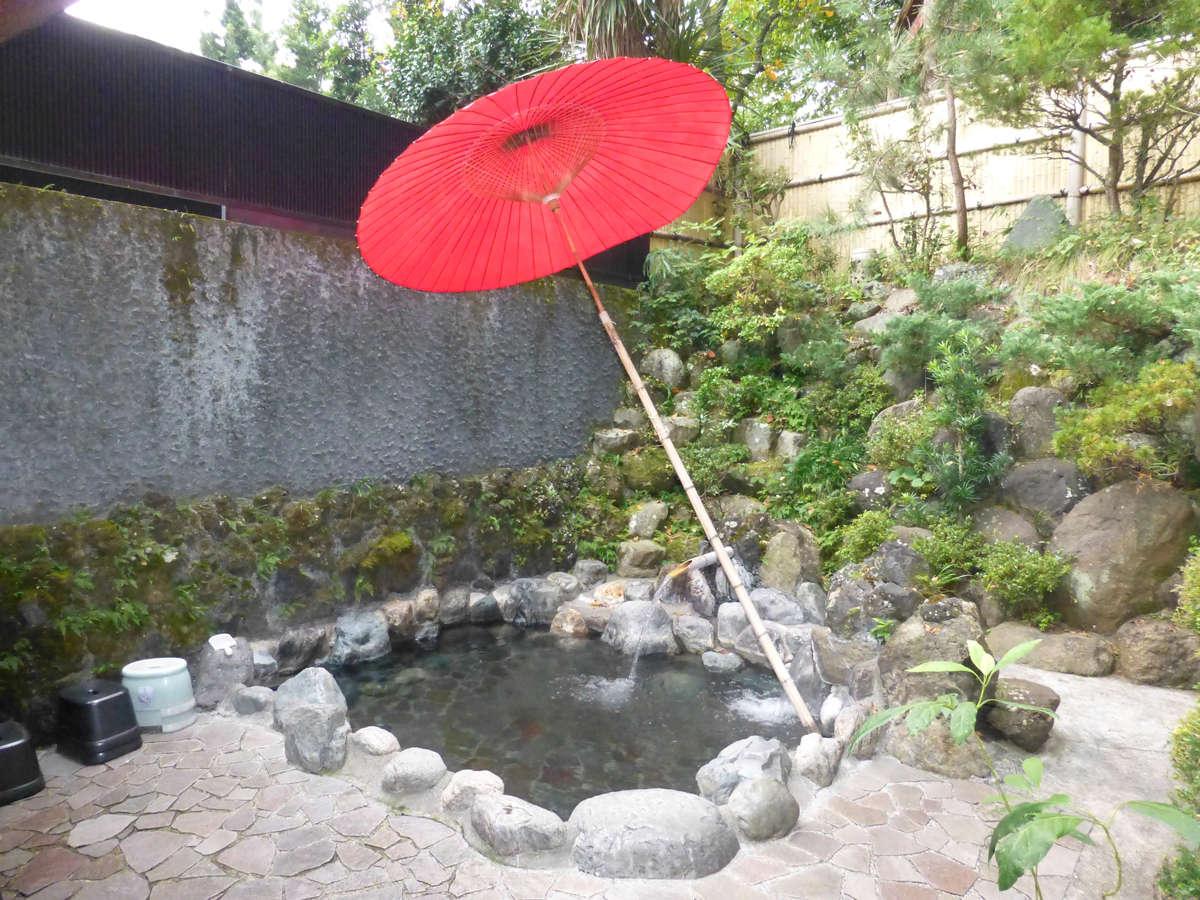*【露天風呂】赤い傘が趣を演出する露天風呂で癒しのひととき。とろみのあるお湯は美肌効果あり♪
