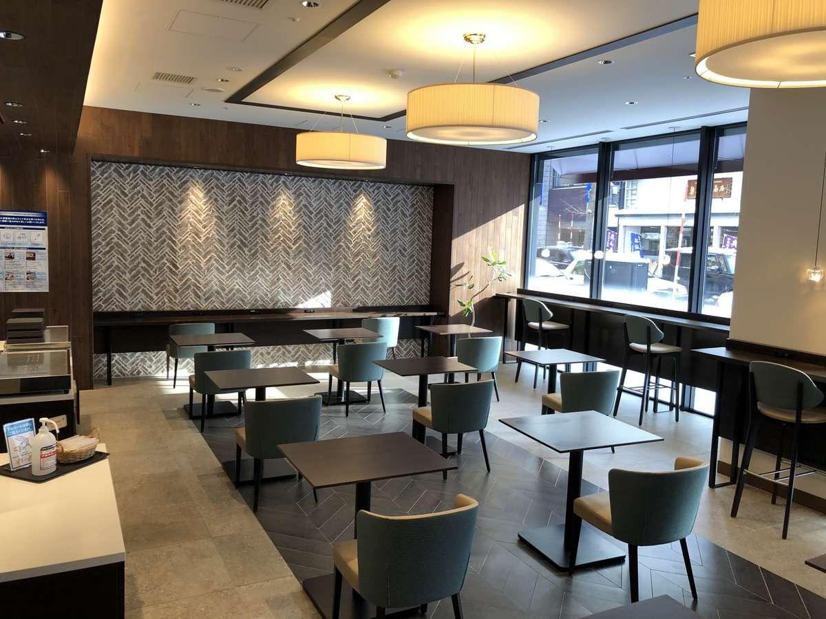 ~朝食会場~コロナ対策として席数を減らし、間隔を十分に確保しております。