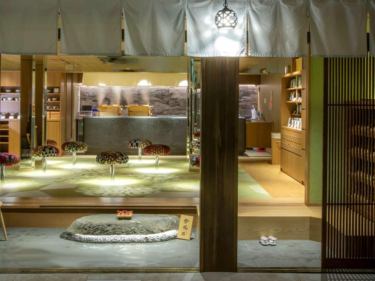 温泉通りから暖簾をくぐると、そこは季ト時の別世界