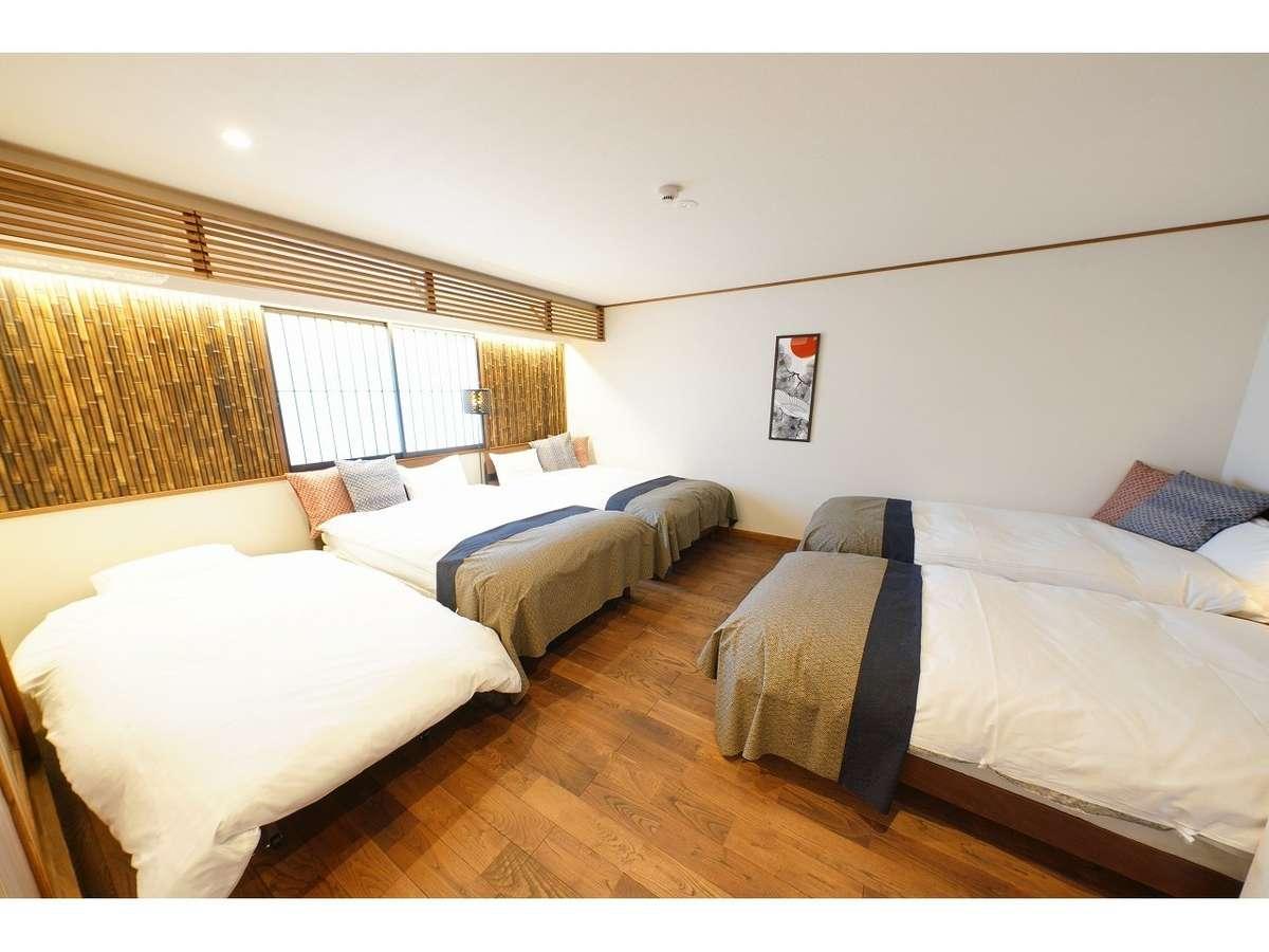 客室一例 セミダブルベッド2台 シングルベッド3台 布団3組