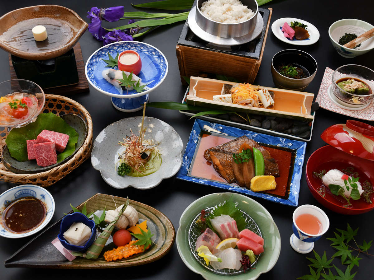 【極和茶会席/水無月】山の幸・海の幸ともに、厳選した旬の食材を料理長自ら腕を振るいます