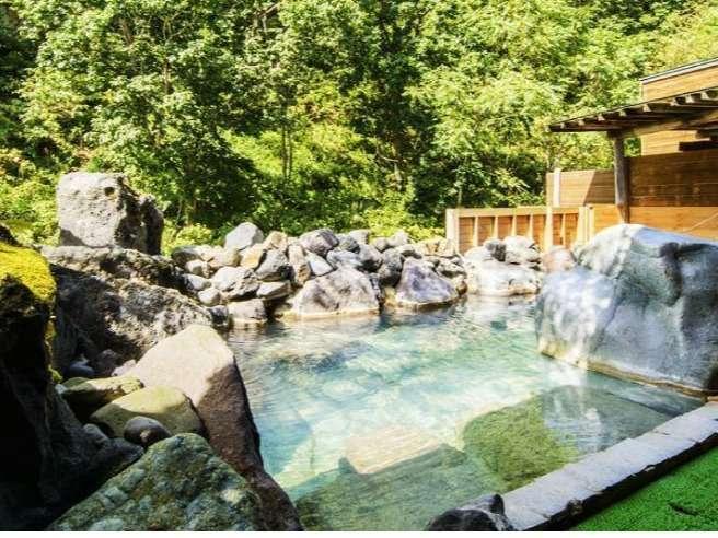 岩石で造られた露天岩風呂渓流のせせらぎや、野鳥のさえずりを聴きながらお楽しみください。