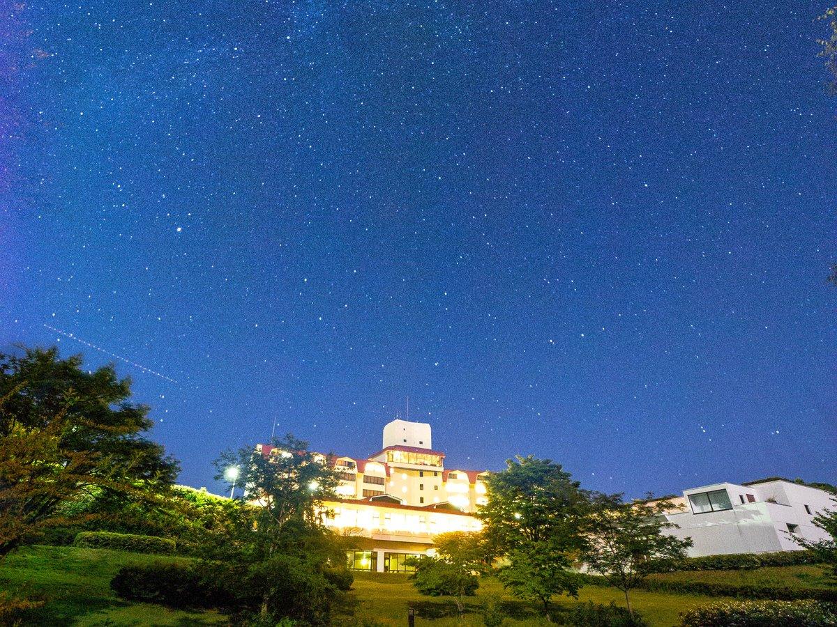 施設の外観。自然の中のホテルです。晴れの夜空に満点の星空が目に飛び込んできます。
