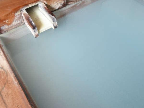 pH2.1の強酸性ながら湯花を大量に含んだ乳白色で柔らかい温泉です。