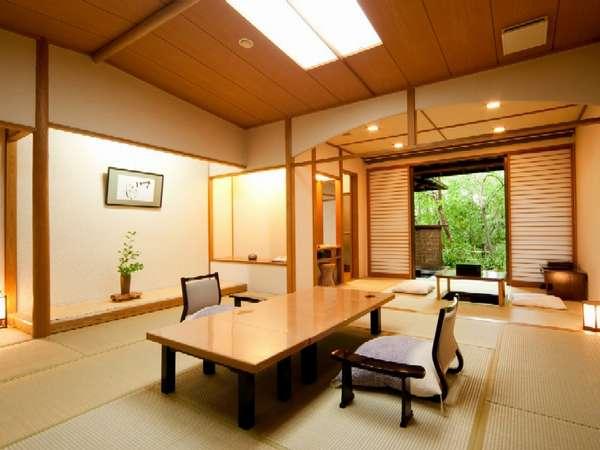 広々とした和室の露天風呂付き客室です。 本間13帖+6帖(掘りごたつ付き)