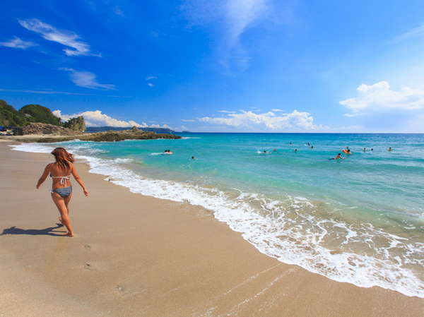 ゆったりとした雰囲気の吉佐美大浜。7、9月は外国人のファミリーの姿もよく見受けられ異国ムード溢れる