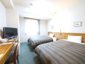 日の光が差し込み快適なホテル滞在を。全ての客室でWOWOWをご覧いただけます。