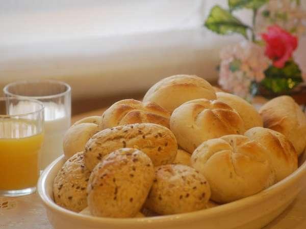 無料朝食バイキングには、白ご飯以外にヨーロッパより直輸入の4種類の無添加パンがご利用出来ます。