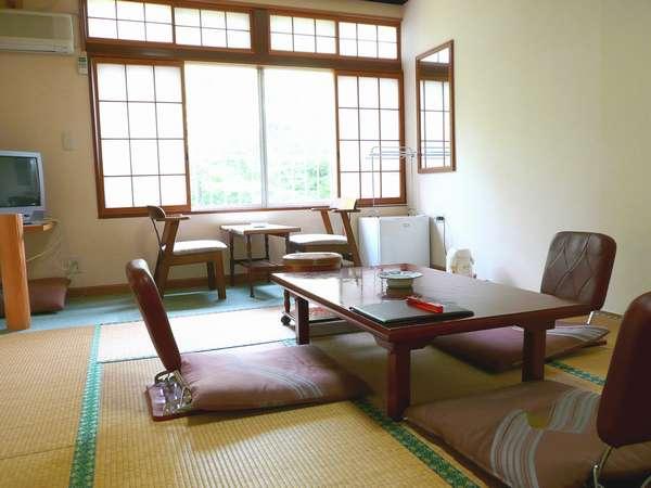 和室[約12畳]、窓辺からブナやモミジの原生林を眺め、森林浴で旅の疲れを癒して下さい。