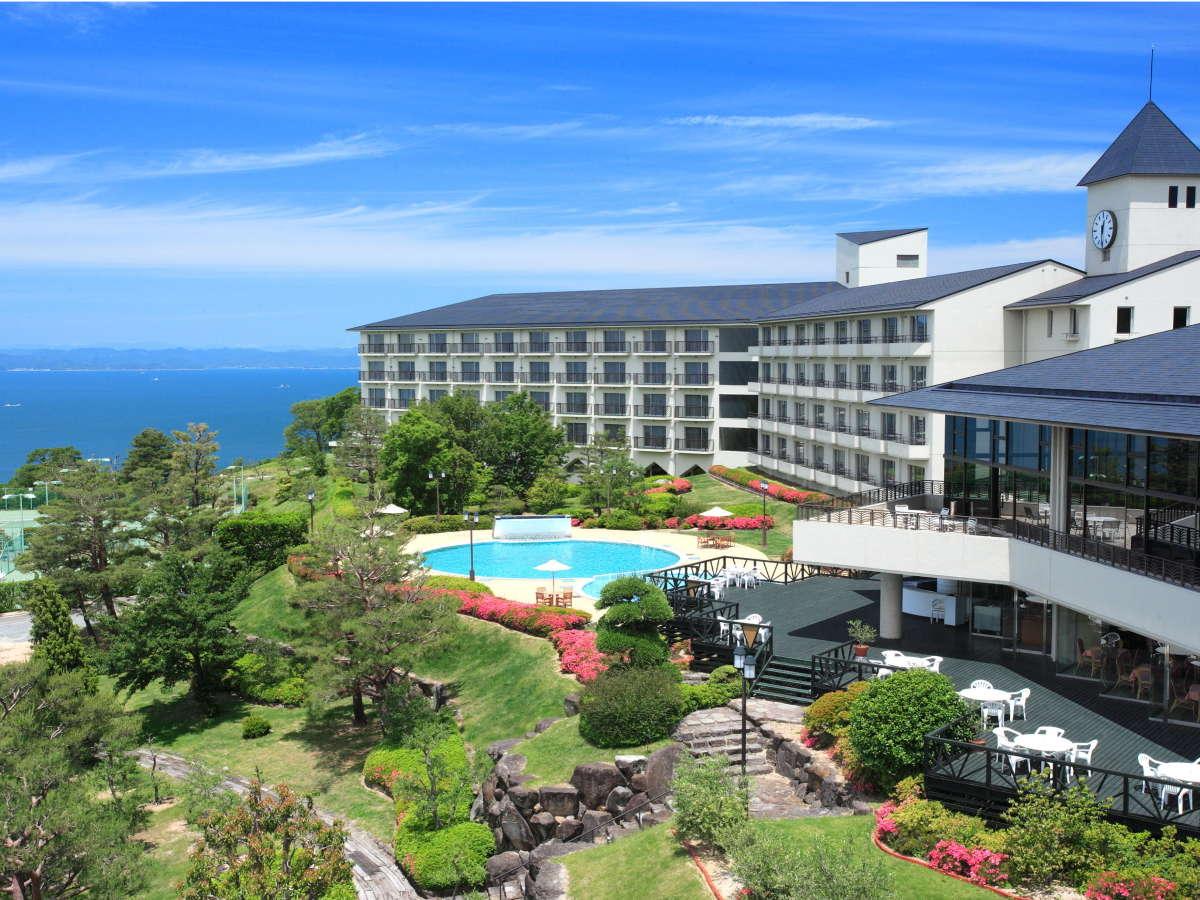 瀬戸内海が一望できる小高い丘に建つリゾートホテル。訪れるたびに心と身体が癒されます。