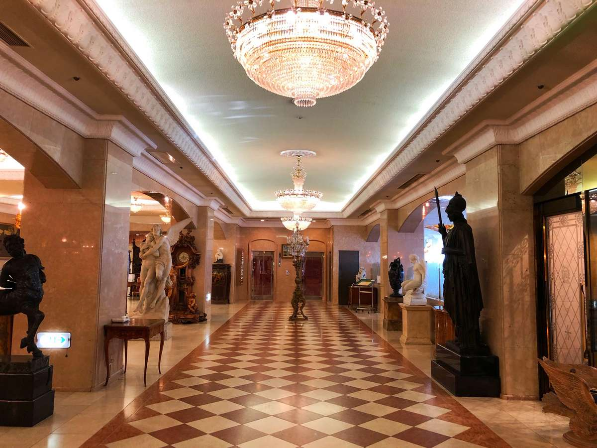 1階ロビーシャンデリアに照らされた調度品の数々。