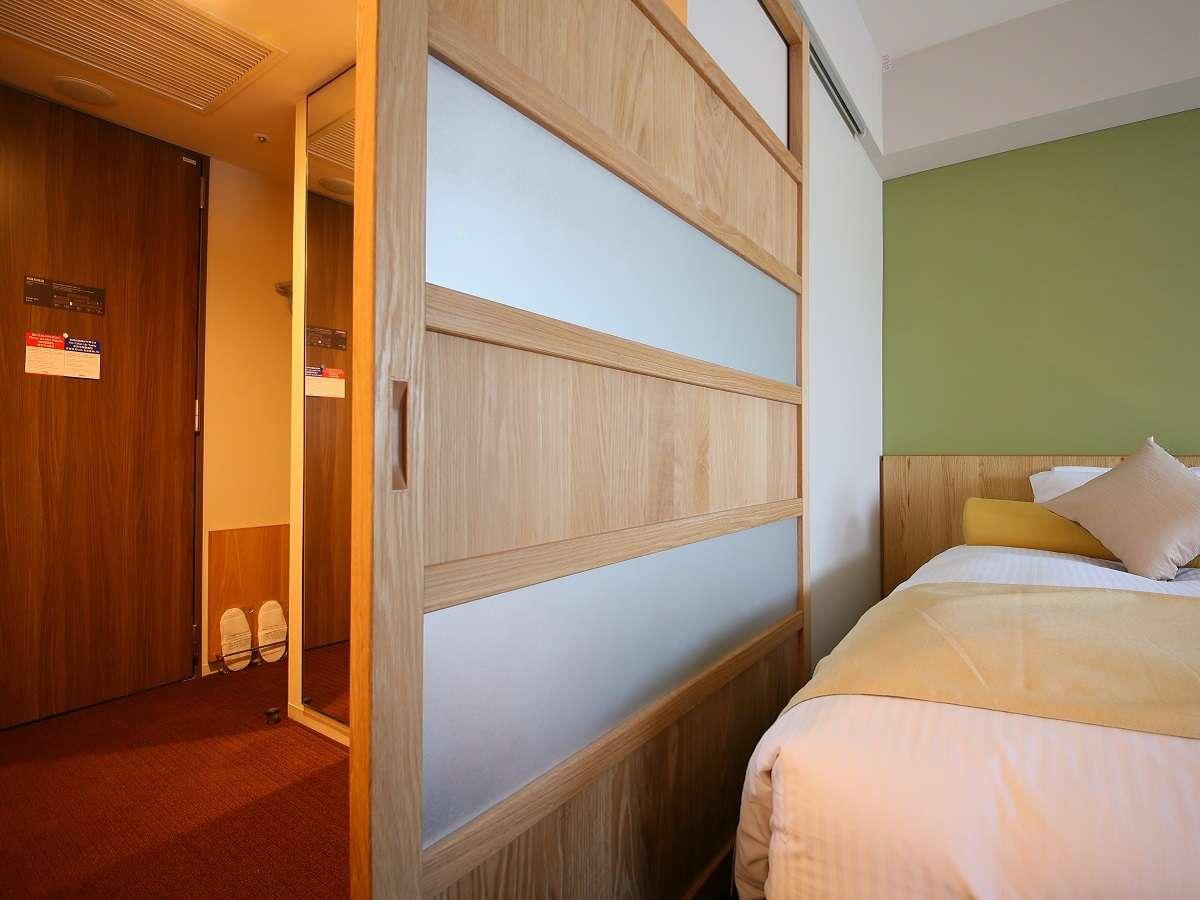 【スタンダードツインルーム一例】ベッドスペースとバススペースの間には嬉しい仕切り戸
