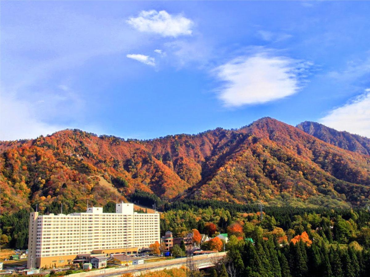 【秋・ホテル外観】例年10月中旬頃~11月上旬頃が紅葉の見ごろです。(年により異なります)