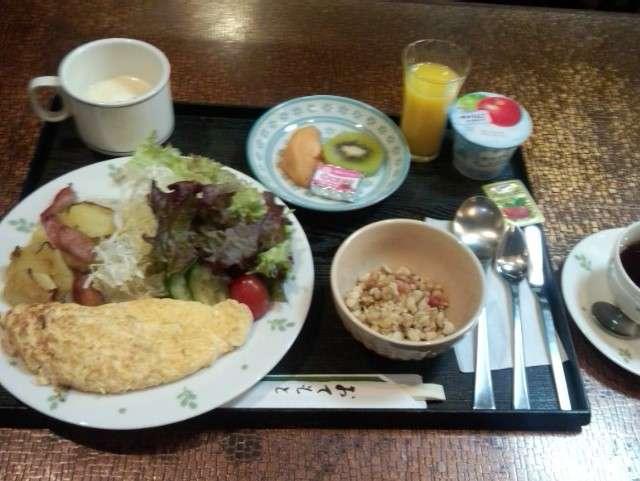 朝食サービスの洋食です。パンと卵料理 フルーツ 飲物 など 日替わりでご用意
