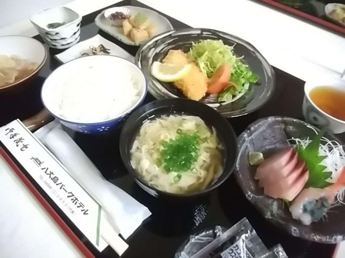 *夕食(一例)/お刺身、焼き魚、揚げ物などの和食メニューを日替わりでご提供致します。