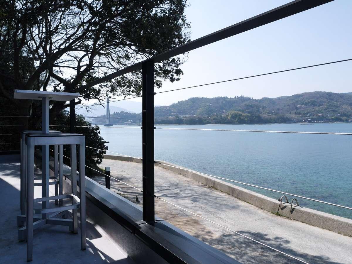 海を見ながらモーニングコーヒーをどうぞ。
