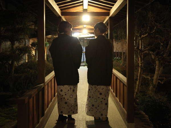 夜の中庭を散策