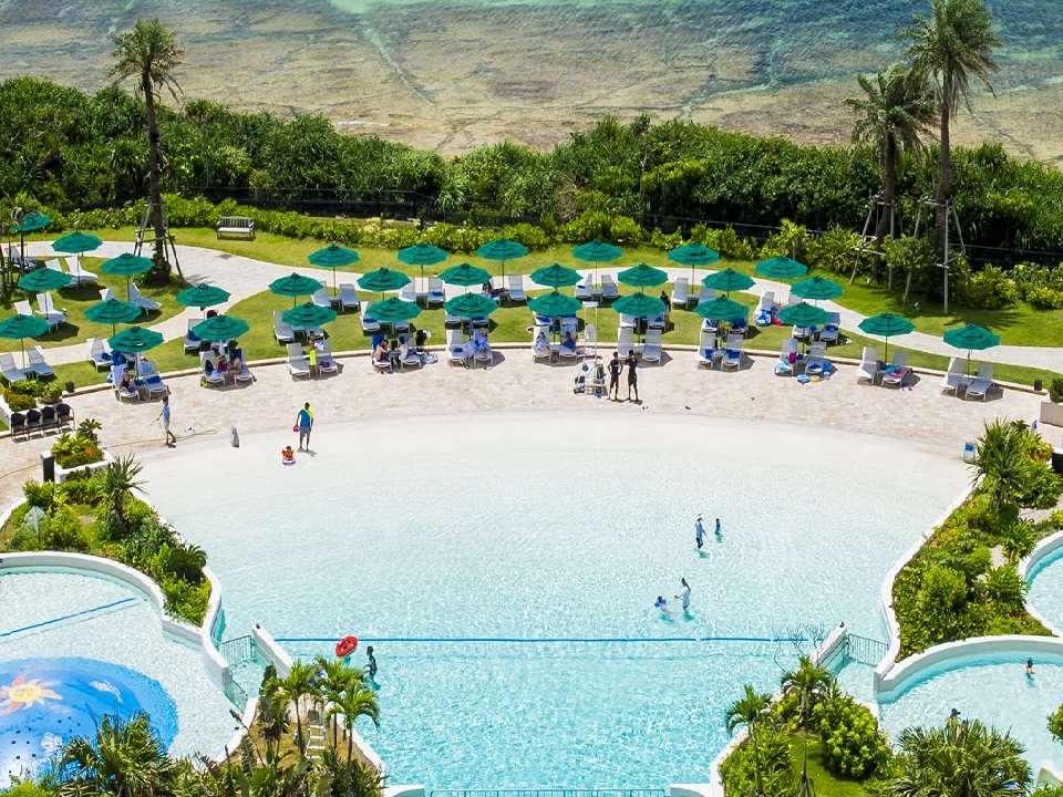 【屋外プール】大小4つのプールを備えた、ホテル自慢の屋外プールエリア「サンセットガーデン」。