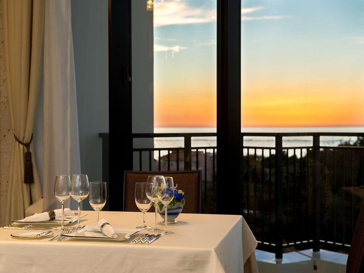 南国の温暖な気候と澄んだ空気の中で、特別な食事の時間を演出。