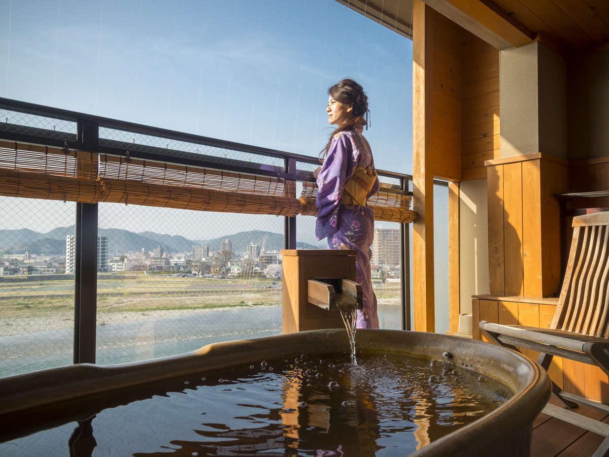 露天風呂テラスから眺める雄大な長良川