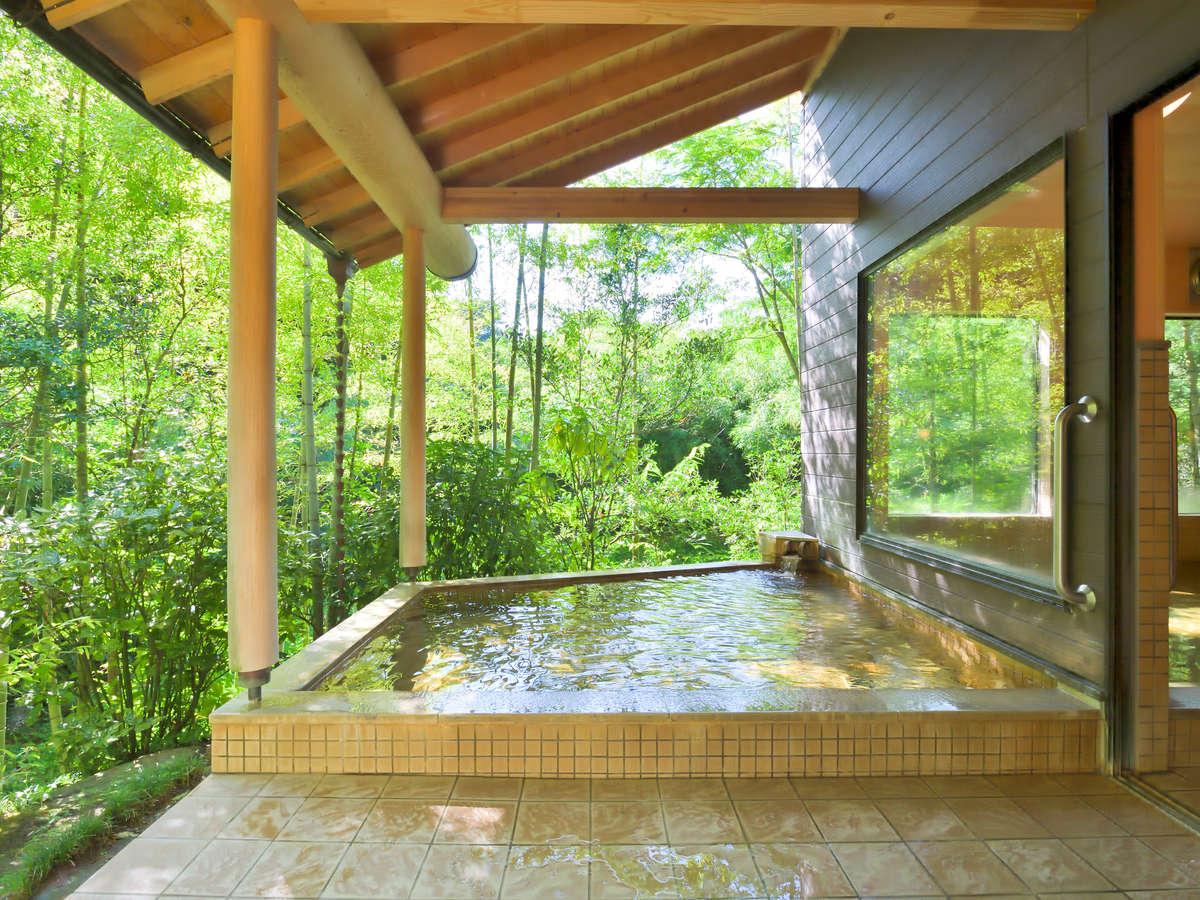 【露天風呂】自然に囲まれた露天風呂