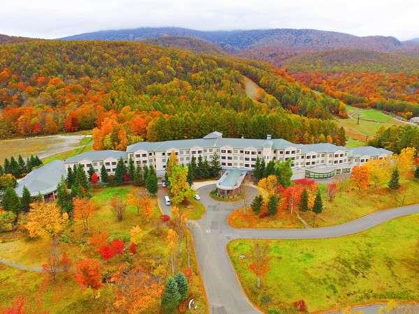 【外観】鮮やかに染まる秋のホテル