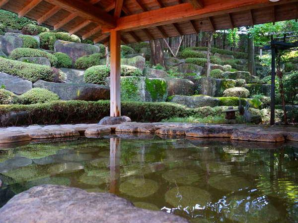 """【露天風呂】肌に優しい名湯""""珠玉の湯""""。天然岩に囲まれた露天風呂で疲れを癒してください。"""