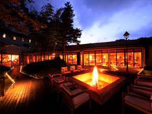 薪の爆ぜる音と香りを愉しみ、ラウンジのお好きな飲物片手に満天の星空を眺める焚き火ガーデン