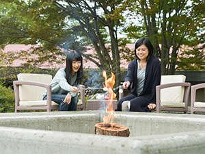 アクティビティ「スエーデントーチで愉しむ森のスモア」は、たき火ガーデンで夕方開催