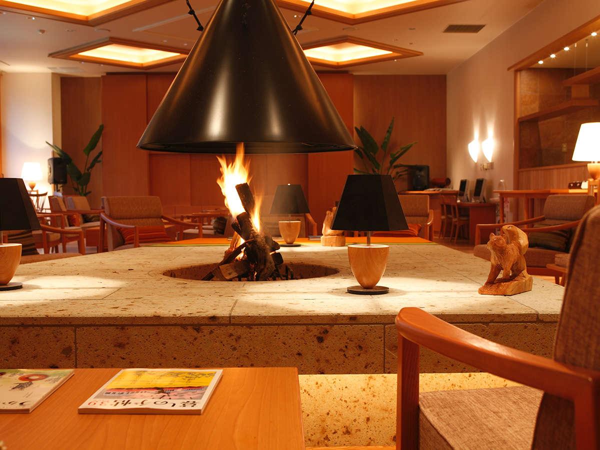 燃える薪の香りと爆ぜる音に癒される暖炉ラウンジ