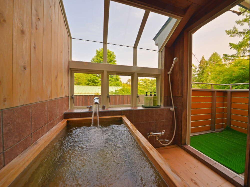 本館205号室「テラス風呂付きスイートダブル」人気の檜風呂。