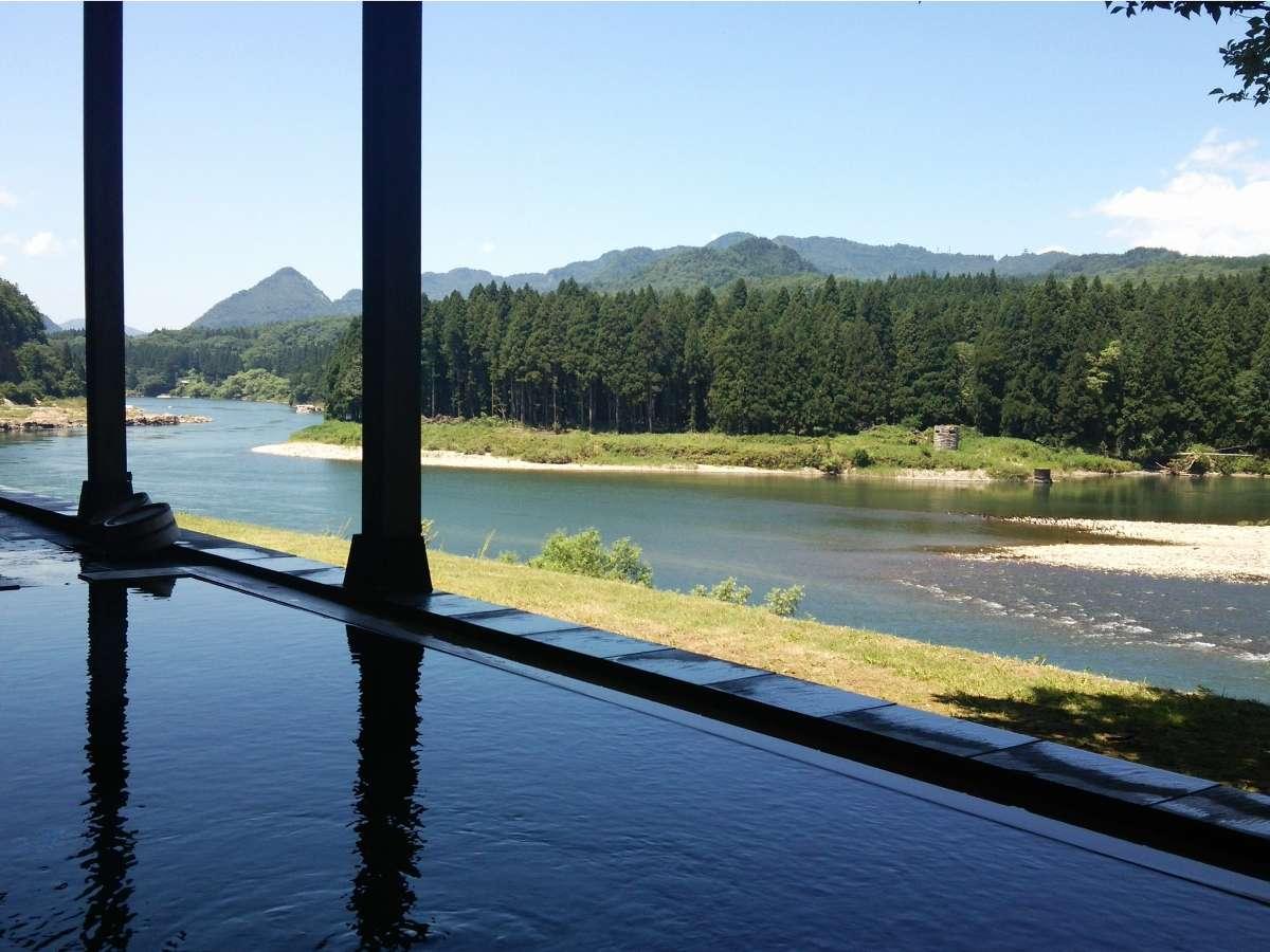 目の前を蛇行して流れる阿賀野川。大河と連山の絶景を