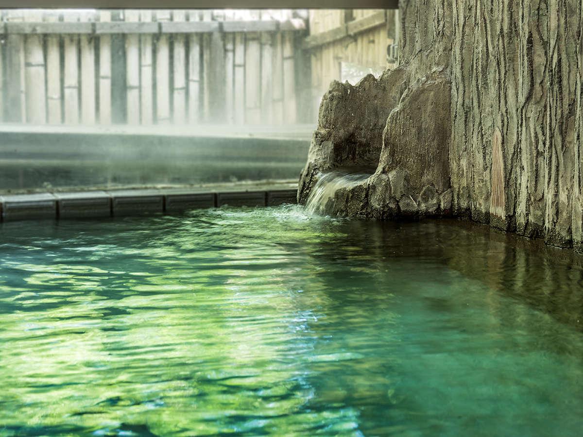 【内風呂】源泉かけ流しの湯で、日頃の疲れをゆっくり癒してください。