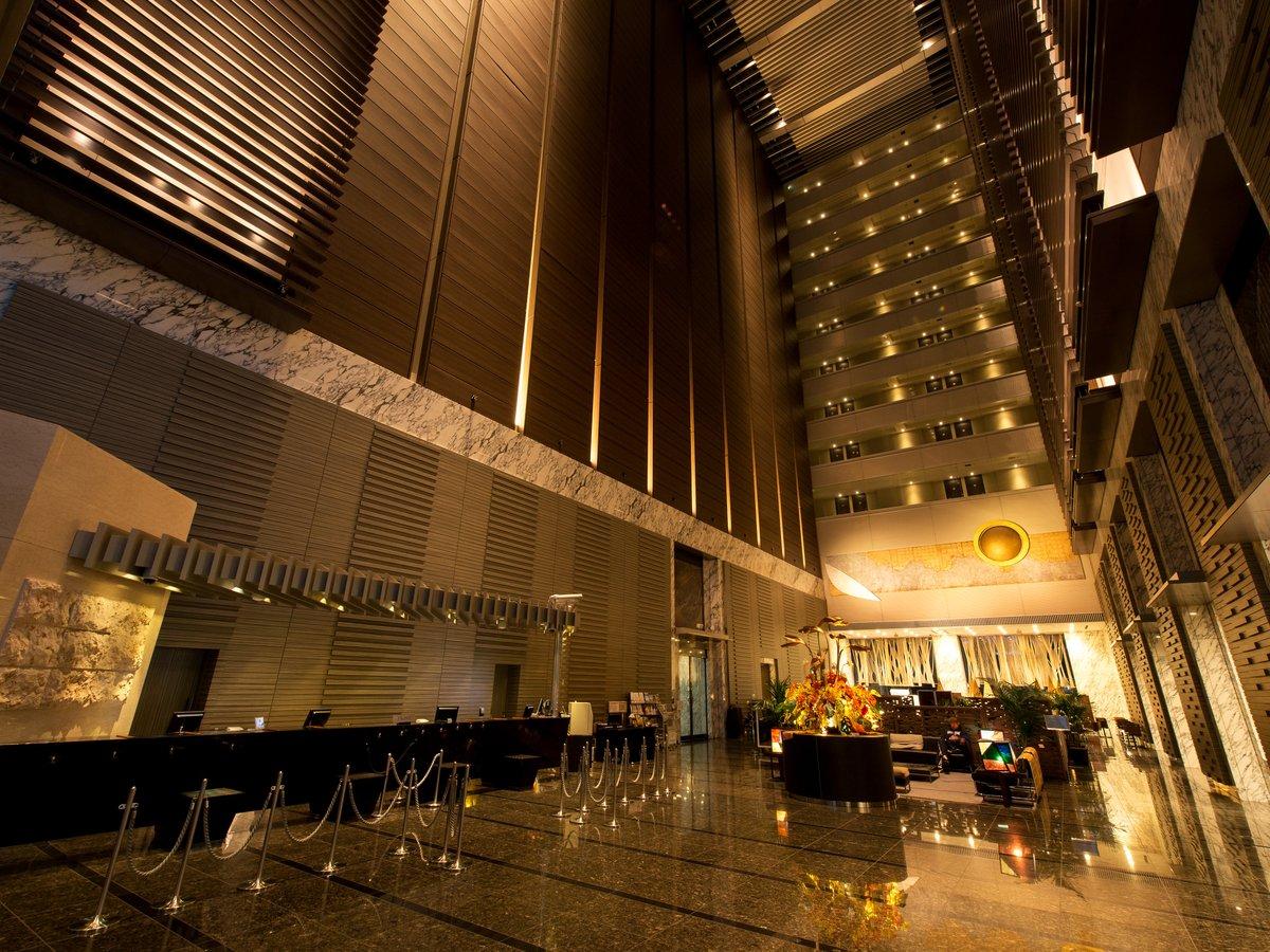 【ロビー】開放的な高さ40mの吹き抜け。ラグジュアリーな雰囲気をお楽しみください。