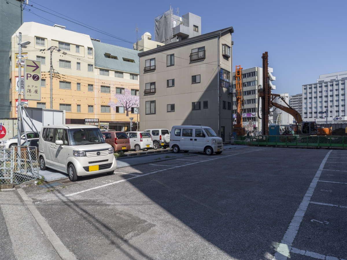 高知駅近辺で唯一のホテルすぐ横、専用大規模平置き駐車場を完備で忙しい朝も安心♪大型車も駐車可能!