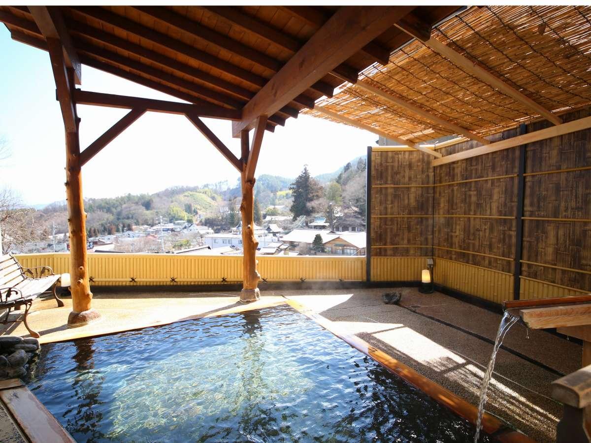 【大浴場ななくり/まつのゆ】松でできた屋根と温泉街を一望できる露天風呂