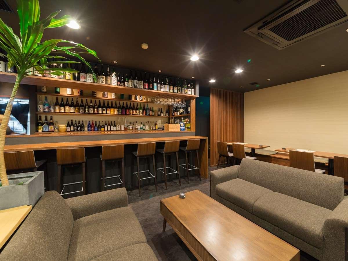 【せんしゅう地魚や】センターに置かれた居心地のよいソファが印象的な店内。