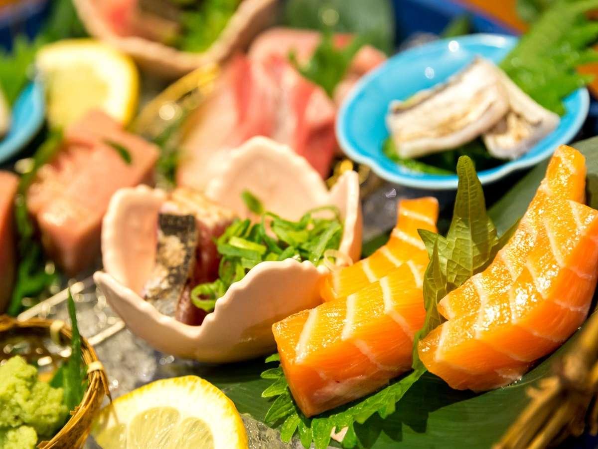 【せんしゅう地魚や】その日揚がった新鮮な魚を目にも美しいお造りで。