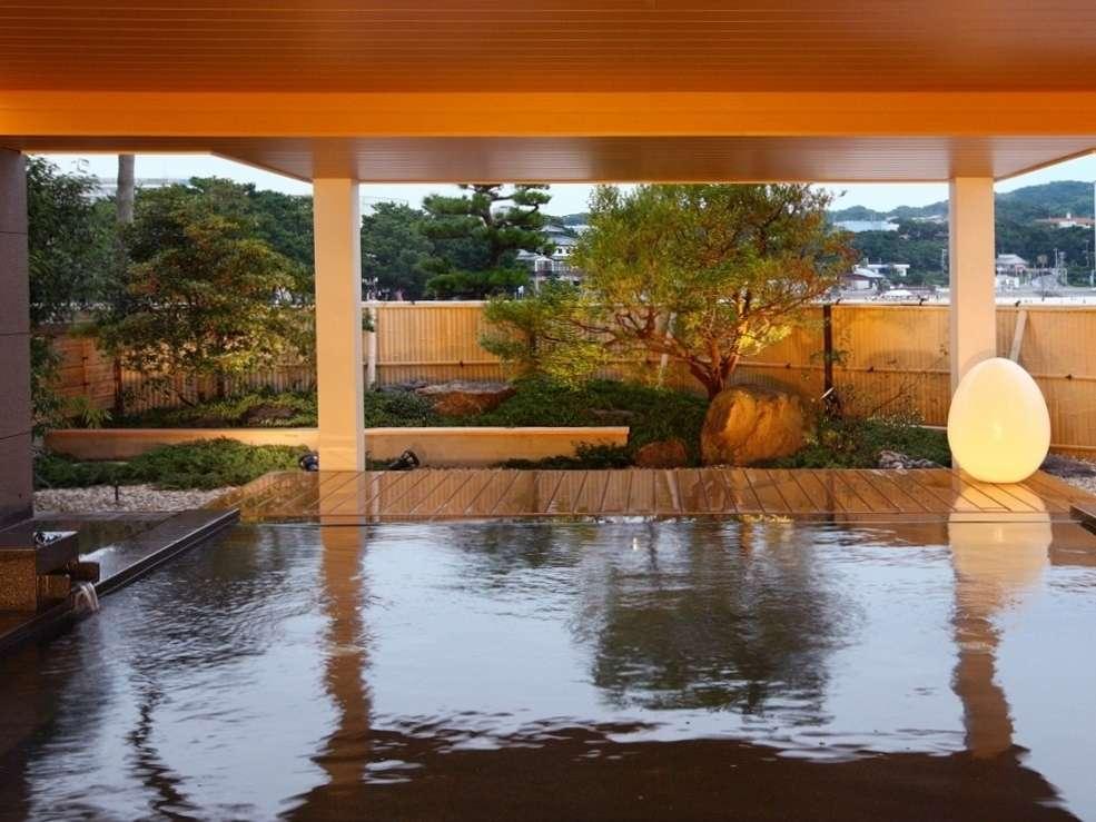 【松風】夕暮れ時はしっとりとした雰囲気に。爽やかな海風が心地よい露天風呂。