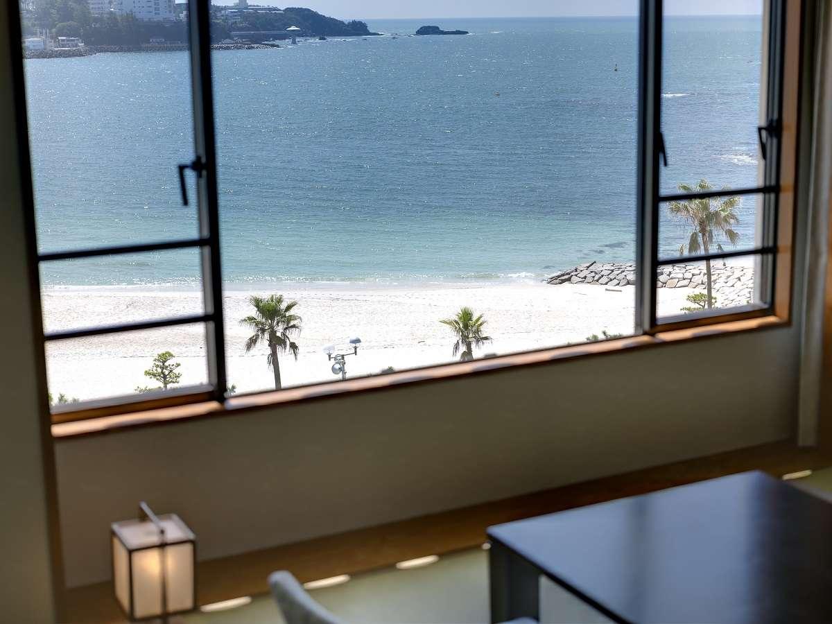 【ロイヤルフロア和室】客室からの眺望一例。窓の外には碧く輝く海が広がります。