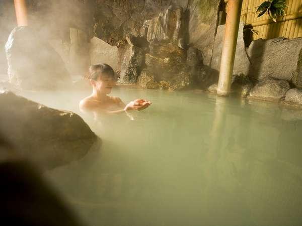 源泉掛け流しでかき混ぜると色が変わる乳白色の露天風呂