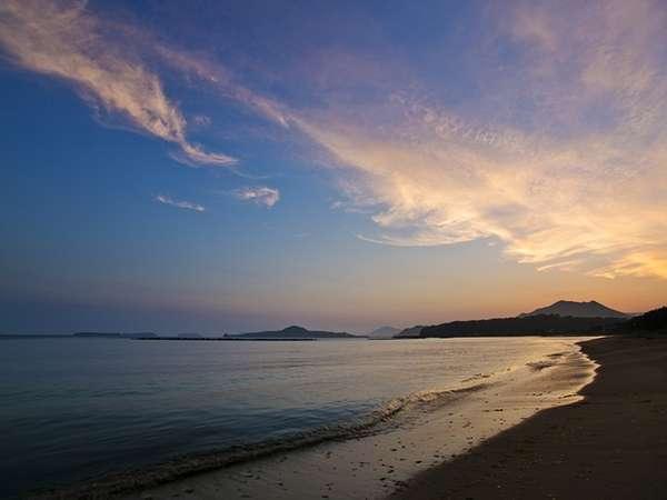 ■当館より徒歩1分の『サンセットビーチ菊ヶ浜』青い海、波音、潮風に癒されそう。