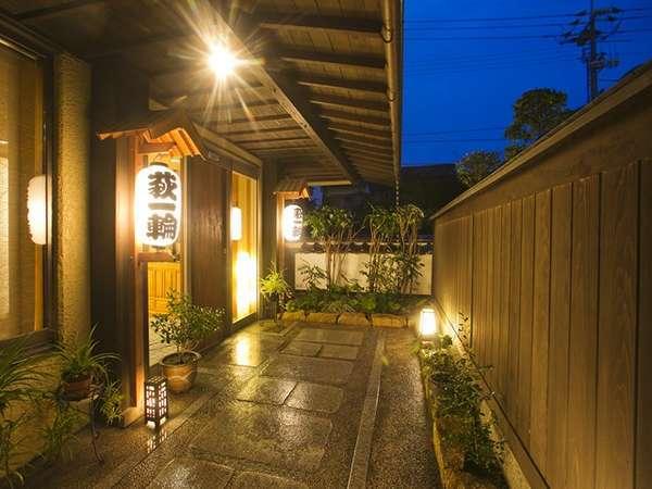玄関入口のアプローチ/北長門海岸国定公園に位置している菊ヶ浜沿いにある宿